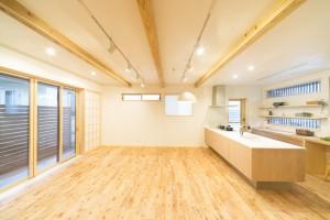 山尾工務店 - 珊瑚の漆壁でつくる、風通しのいい家