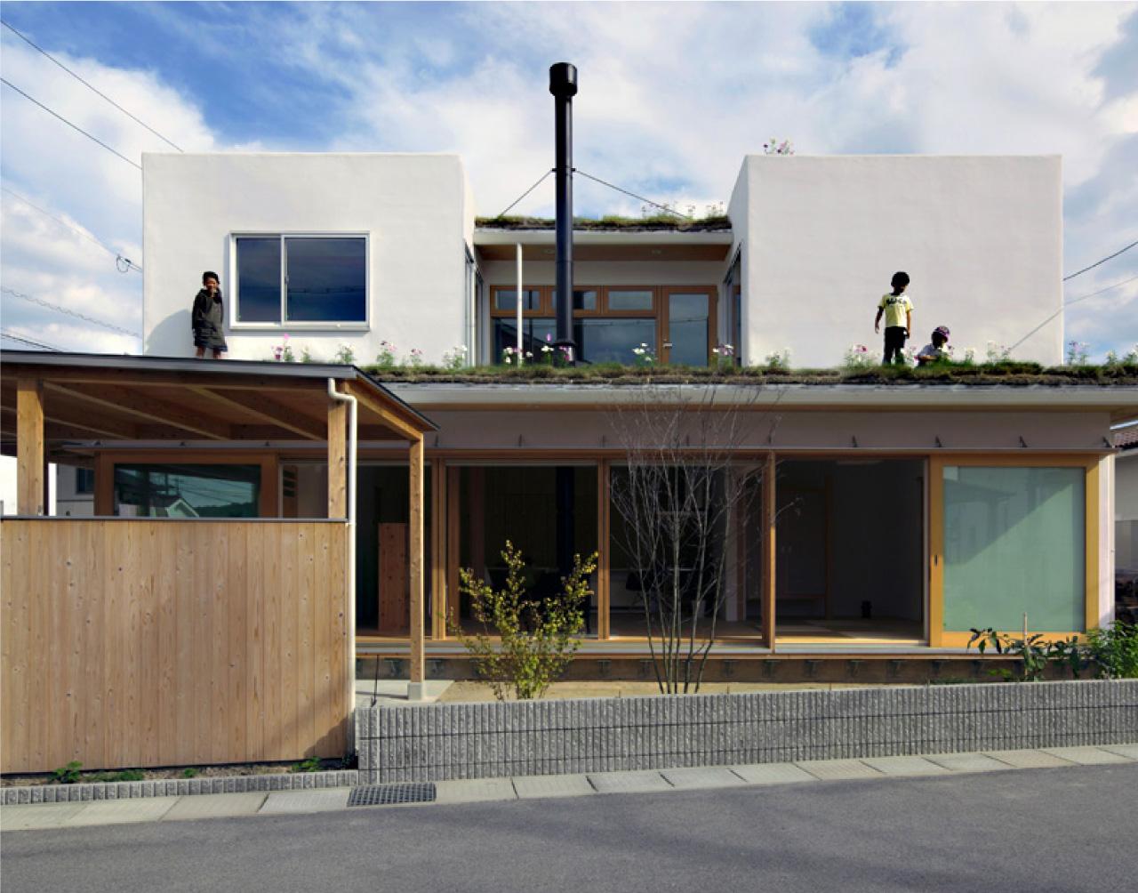 屋上を緑化してはなれを造る。芝屋根の家
