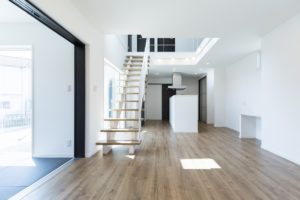 広々空間とおしゃれな鉄骨階段のある家